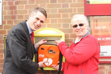 Defibrillator unveiled in Kinver 1
